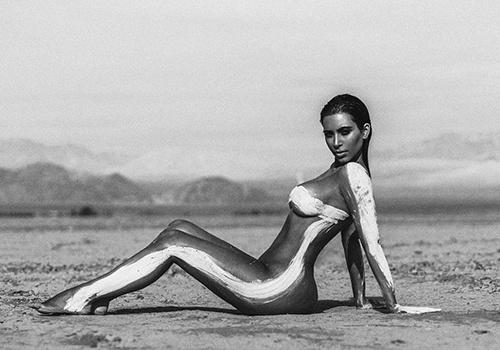 Ким Кардашьян в эротической фотосессии с красками