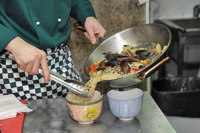 Кулінарний майстер-клас з шеф-кухарем: локшина з морепродуктами: фото
