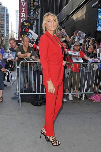Брючний костюм на червоній доріжці