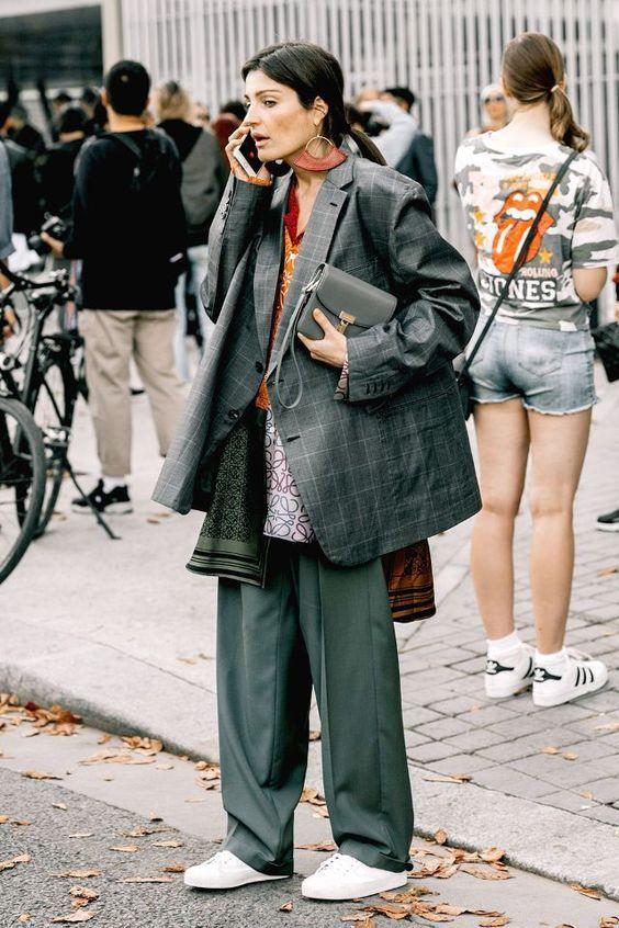 Широкие брюки с кроссовками