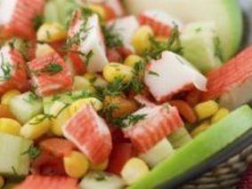 Салат с крабовыми палочками, помидорами черри и сыром