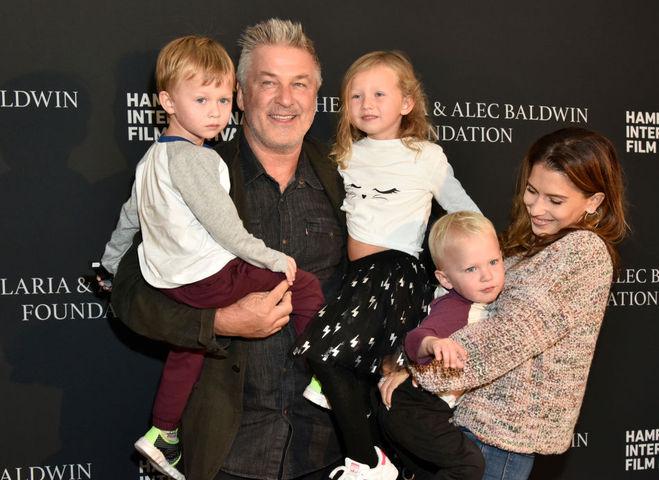 Алек Болдуїн з сім'єю