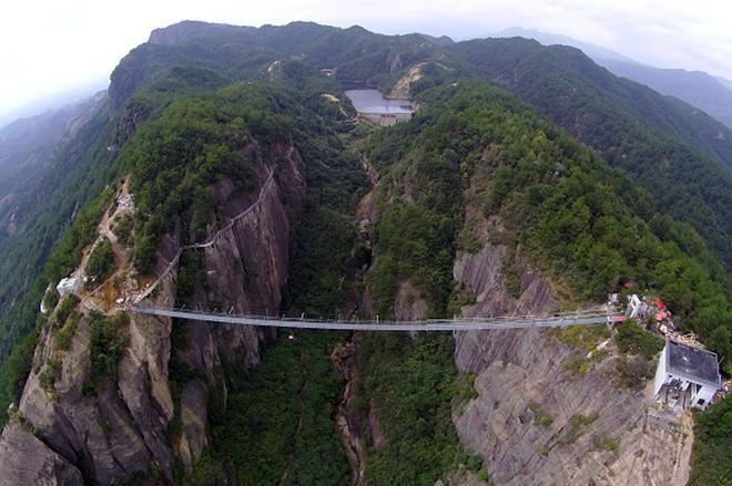 Над стеклом: прогулки по самому длинному стеклянному мосту в  мире