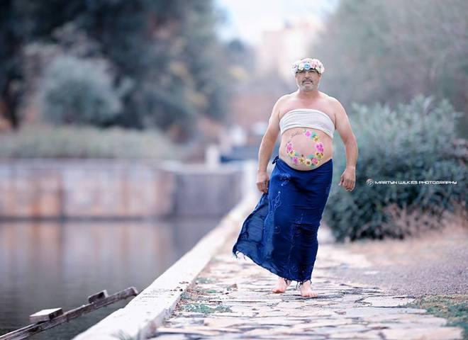 """Испанец с """"пивным животом"""" спародировал фотосессии беременных женщин"""