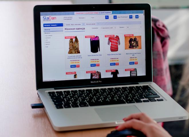 Сайт скидок и распродаж Сладан рассказал, как с минимальными затратами обновить гардероб к лету