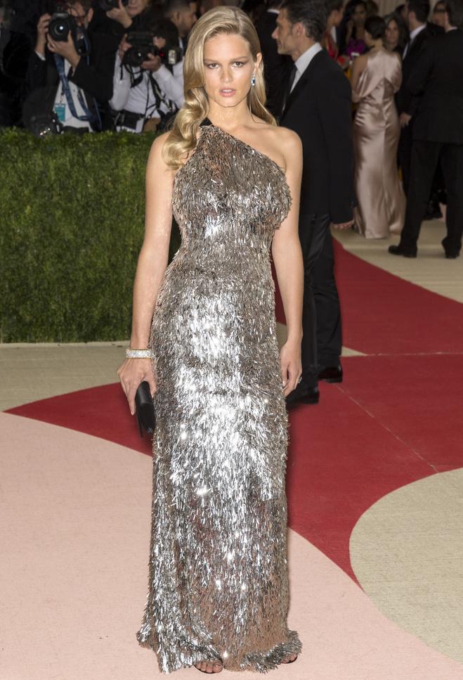 Выбирай серебряное платье на Новый год (фото)