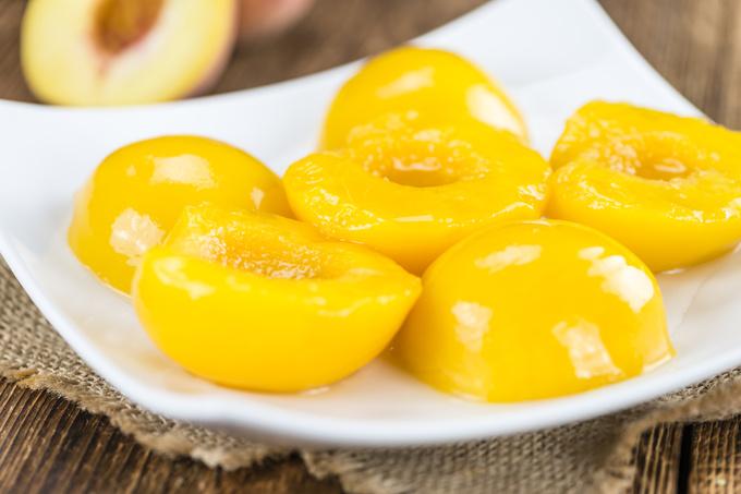 Салат з консервованими персиками: прості рецепти