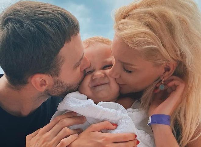 Макс Барських з Мішею Романовою та її сином