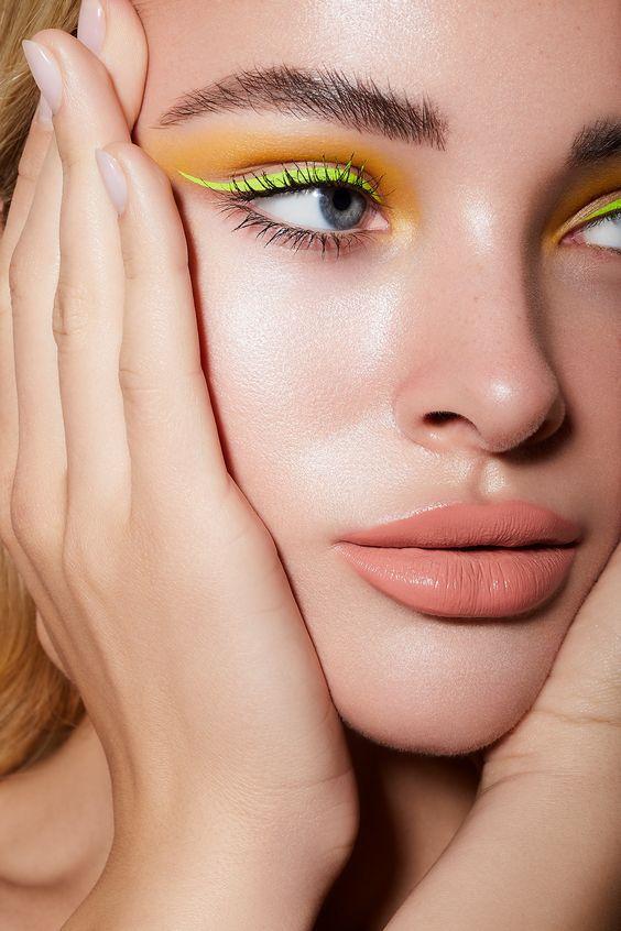 Тренд в макіяжі 2021: кольорова підводка