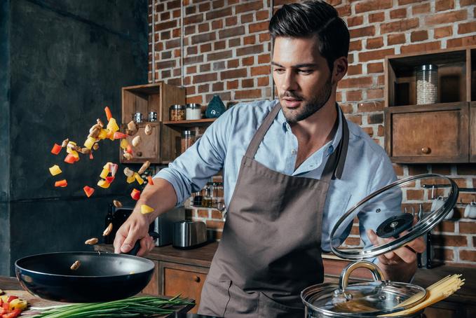 чоловік готує