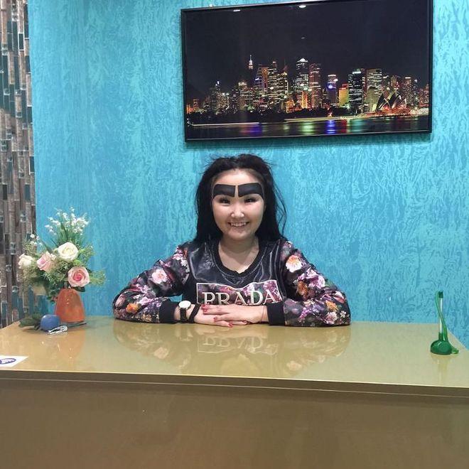 Девушка из Якутии зарабатывает в Instagram с помощью огромных бровей