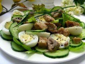 Салат с печенью трески, огурцом и яйцами