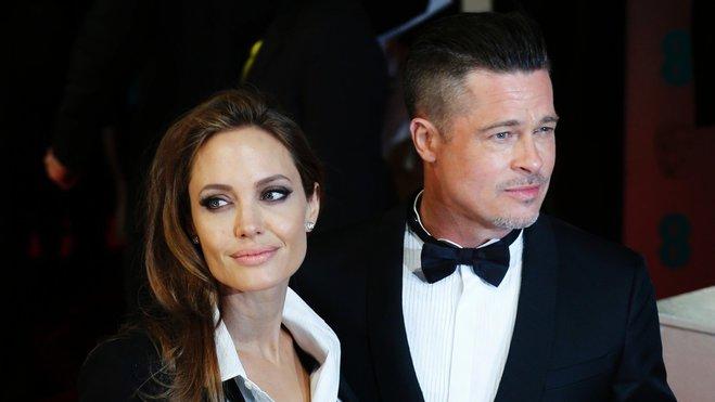 Джоли и Питт разводятся: 6 версий расставания звездной пары