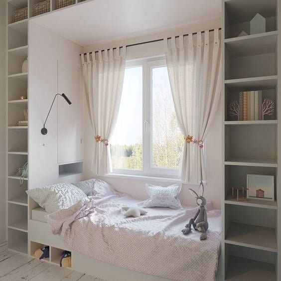Ліжко у вікна