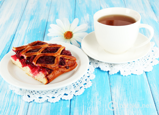 Пирог с вареньем с чаем