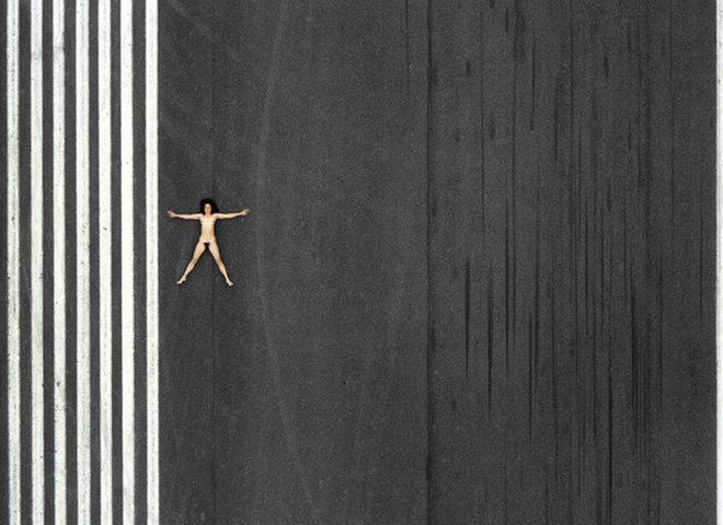 """""""Повітряне ню"""": фотограф відобразив з вертольота оголену жінку в різних пейзажах""""Повітряне ню"""": фотограф відобразив з вертольота оголену жінку в різних пейзажах"""
