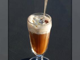 Ароматный кофе со сливками и красивой пенкой