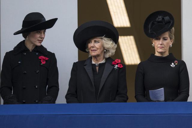 Британская сдержанность: Кейт Миддлтон в total black образах на дне памяти в Великобритании