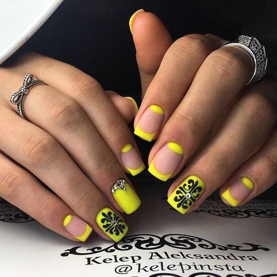 Манікюр з жовтим кольором на Новий рік 2018