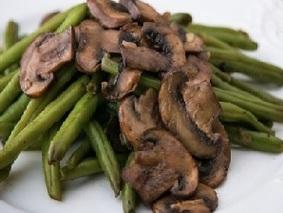Пряная зеленая стручковая фасоль с грибами
