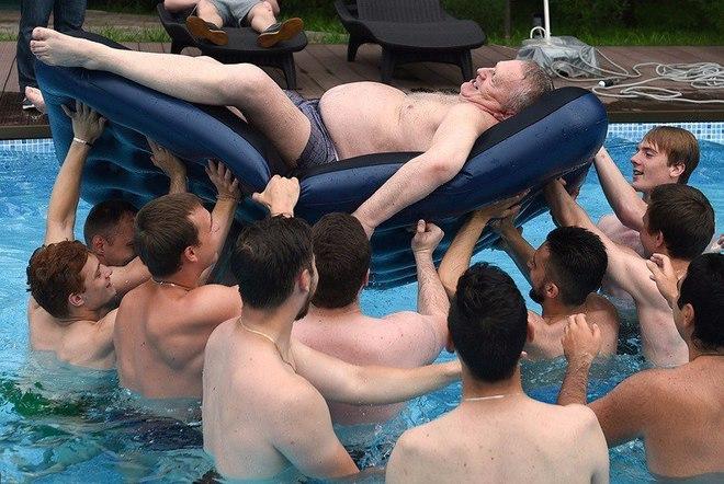 Жириновский устроил заплыв в бассейне с молодыми