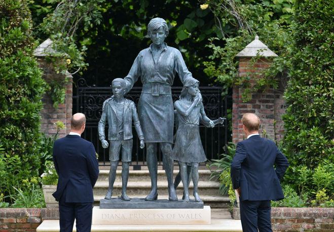 Принци Вільям і Гаррі на відкритті пам'ятника принцесі Діані