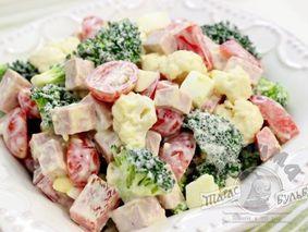 Овощной салат с яйцами и колбасой