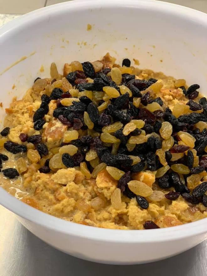 Карамельний пудинг з родзинками, журавлиною і горіхами: смачний рецепт