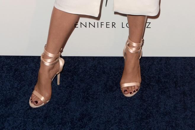 Образ дня: Дженніфер Лопес в білосніжній сукні-жакеті