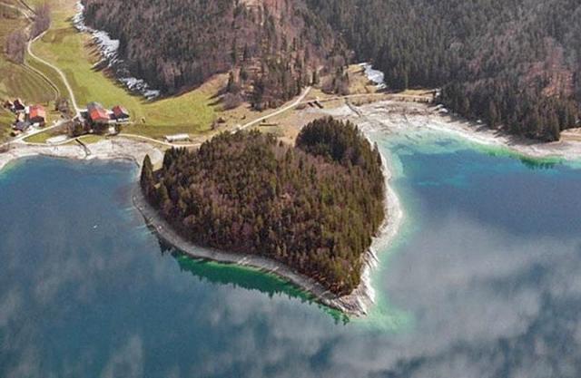 Самые романтические места планеты в виде сердца: Полуостров на озере Вальхен в Баварских Альпах