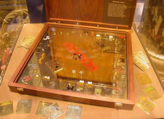 Золотая «Монополия» стоит  $7,5 тыс.