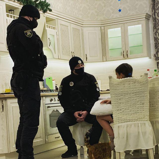 Дочь Анастасии Приходько Нана с полицейскими