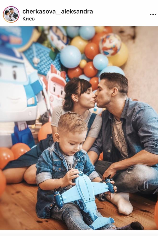 Дмитрий Черкасов с женой Александрой и сыном