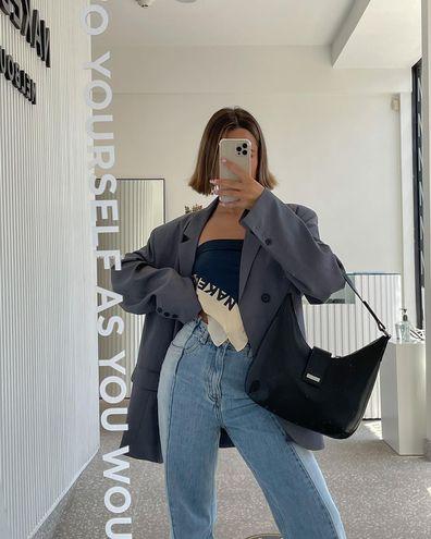 С чем носить джинсы весной 2021: блейзер с мужского плеча