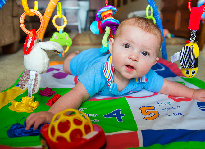 Развивающий коврик своими руками: польза для ребенка