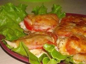 Куриное филе под сыром с помидорами