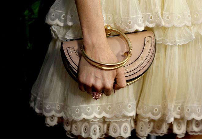 Сієнна Міллер у сукні від Chloé