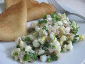 Салат из соленых огурцов, яиц, селедки и зеленого лука