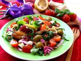 Салат с мидиями, черри, микс-салатом и оливками