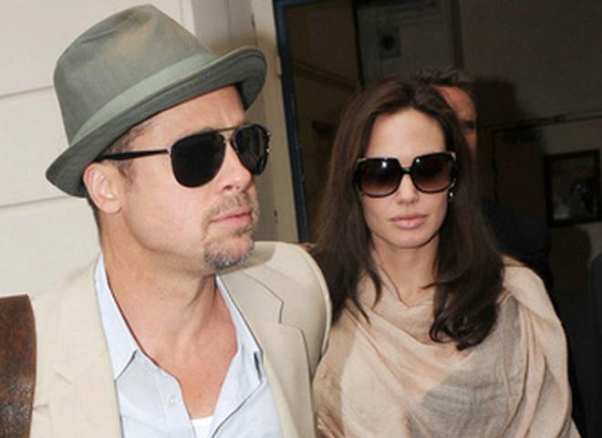 Анджелина Джоли с мужем и сыновьями