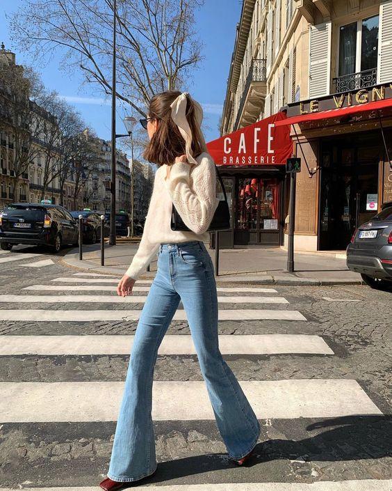 Как и с чем носить джинсы клеш в этом сезоне