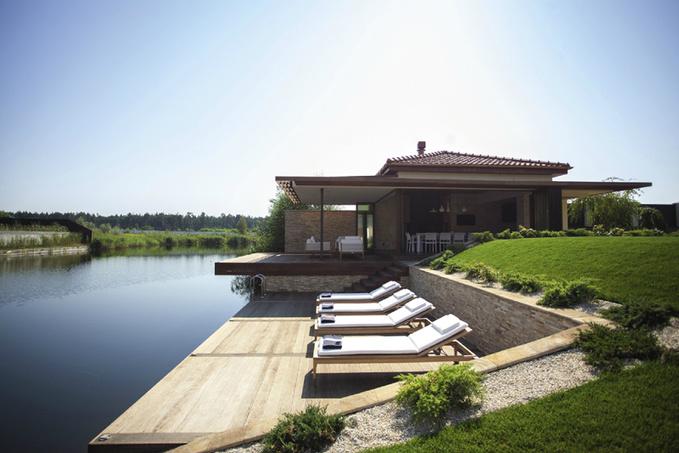 Літній будиночок біля озера