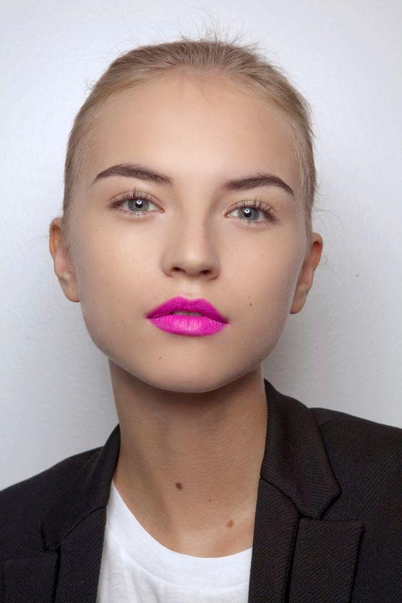 Яркий макияж на лето 2020: идеи со стрелками, глиттером и помадой