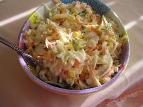 Салат из капусты с кукурузой и яйцом