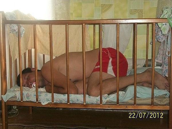 Сладкий папин сон в кроватке