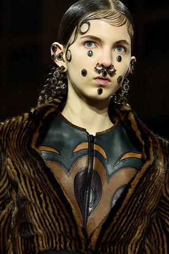 Безумные идеи макияжа на Хэллоуин с подиумов