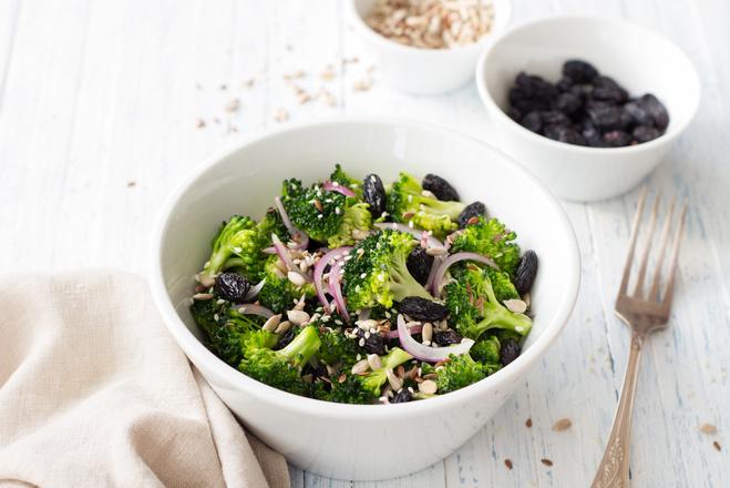 Салат из броколи, изюмом и миндалем