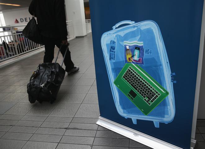 Новый закон: техника в ручной клади не должна превышать по размеру смартфон