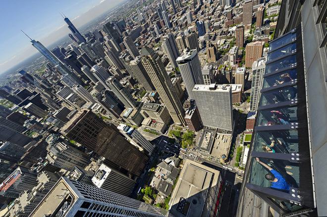 Чикаго с высоты птичьего полета: экстремальный аттракцион TILT