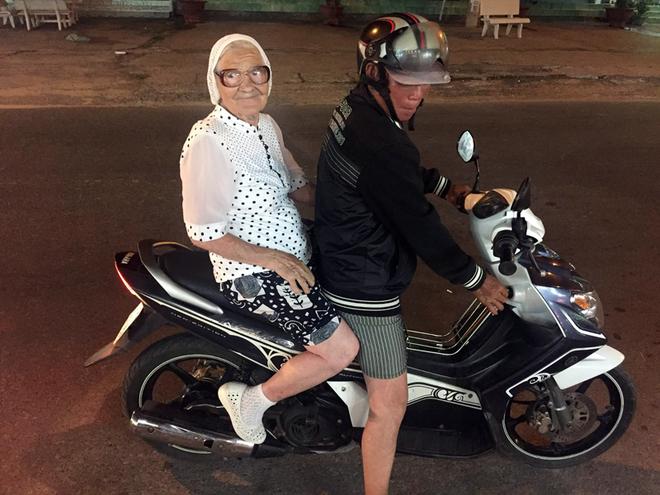 89-летняя пенсионерка в одиночку путешествует по миру с рюкзаком